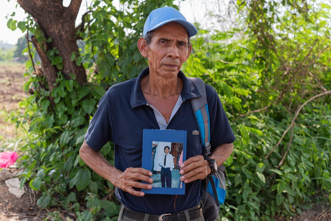 Orlando Vásquez busca a su hijo Orlando entre los cadáveres encontrados en la fosa del asesino de Chalchuapa. Su hijo Orlando desapareció en 2007 en el mismo municipio donde Hugo Osorio enterró a sus víctimas. Foto/Emerson Flores Flores
