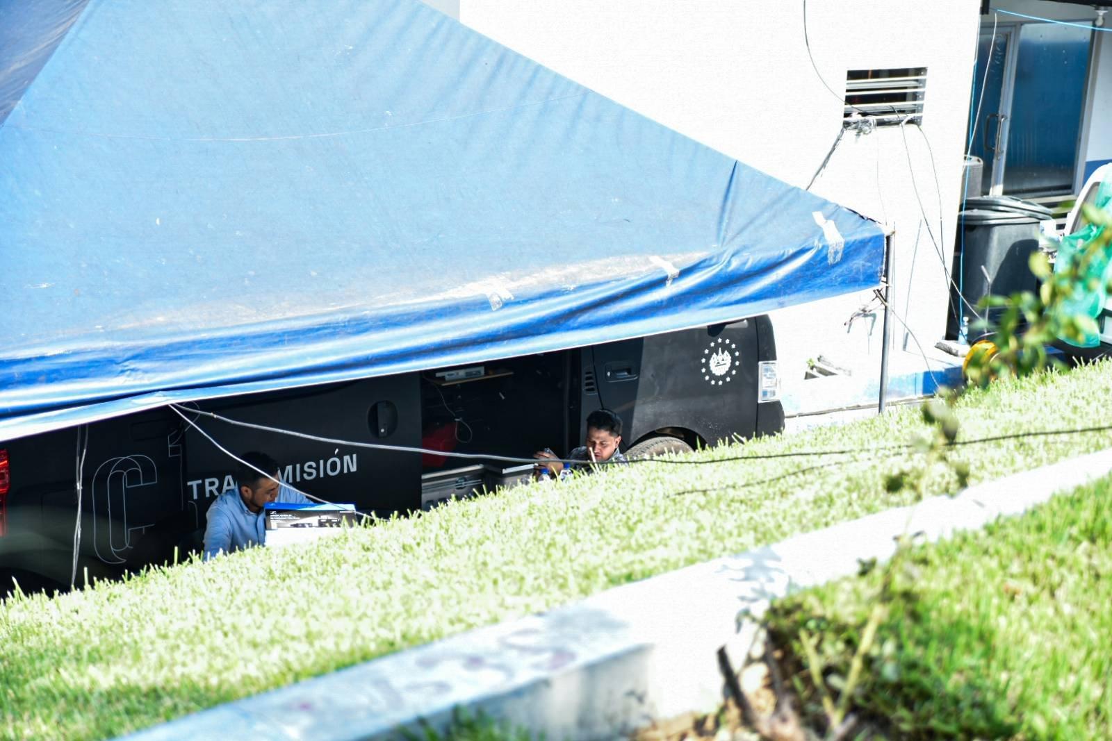Vehículo de Canal 10 realizando transmisión de sesión plenaria. Foto/Emerson Flores.