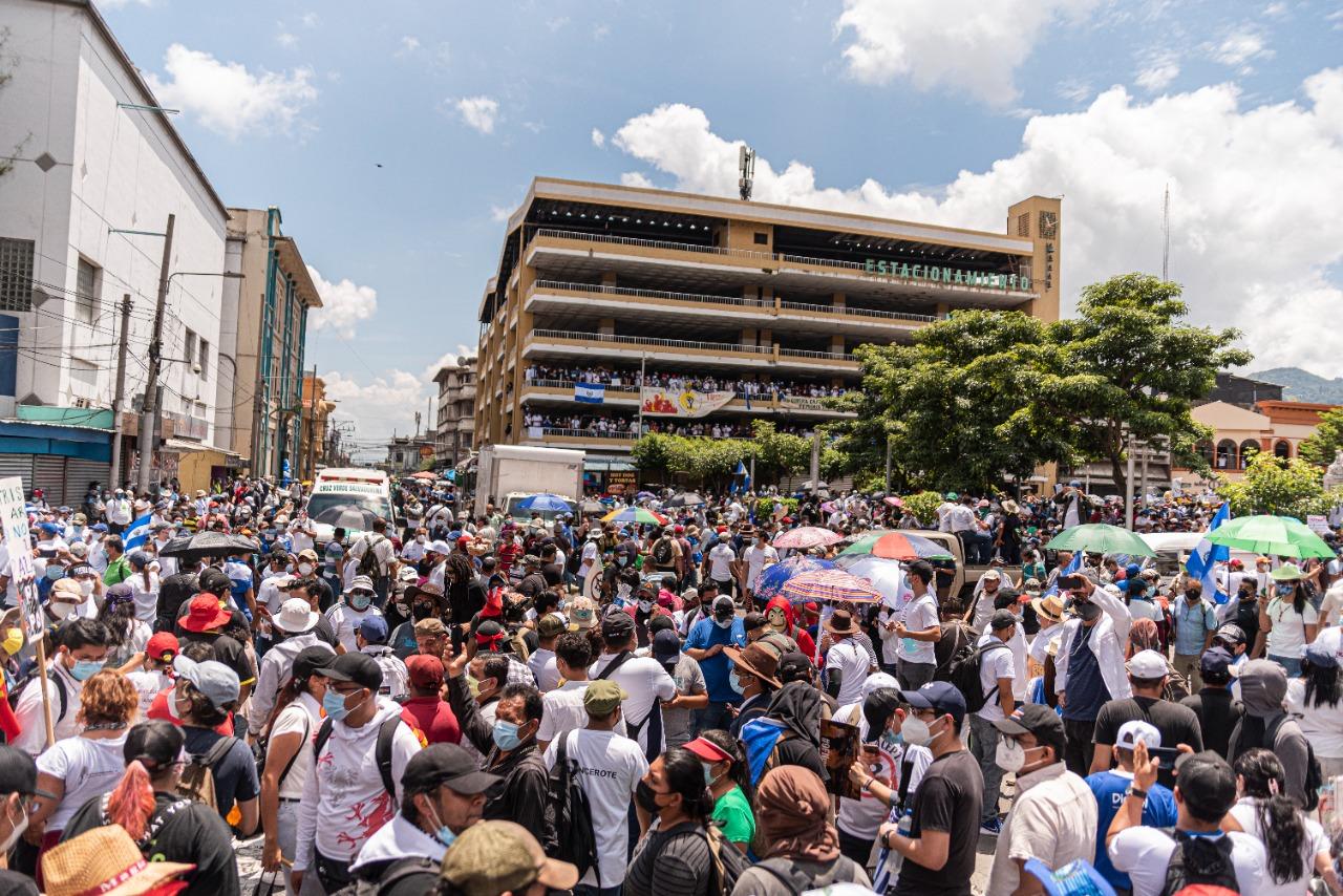 Una multitudinaria y diversa marcha sofoca la celebración bicentenaria de Bukele