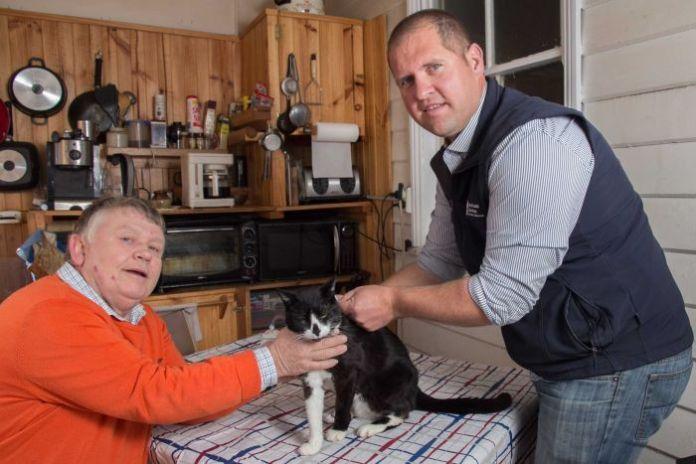 L'agente Evans fa indossare il dispositivo GPS a un gatto di Stephen Barnes