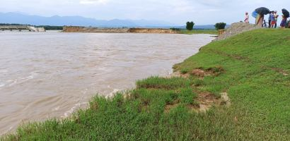 त्रियुगा नदीमा आएको बाढीका कारण शिवाई उच्च जोखिममा, नगर प्रमुख द्वारा स्थलगत अवलोकन