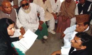 पिछले दिनों गाँव पहुँचने पर मुख्यमंत्री अखिलेश यादव से बात करती परवीन आज़ाद और अन्य परिजन