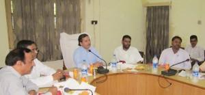विकास भवन स्थित सभागार में उपस्थित विधायक आशीष यादव, डीएम और सीडीओ।