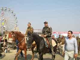एसपी सिटी के नेतृत्व में भक्तों की सुरक्षा के लिए तैनात घुड़सवार पुलिस
