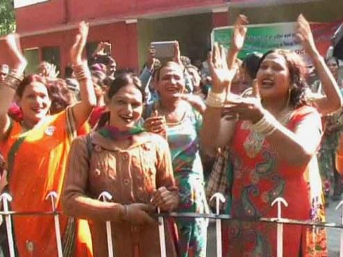 हरिद्वार के सिटी मजिस्ट्रेट कार्यालय के सामने नाच, गाकर प्रदर्शन करते किन्नर