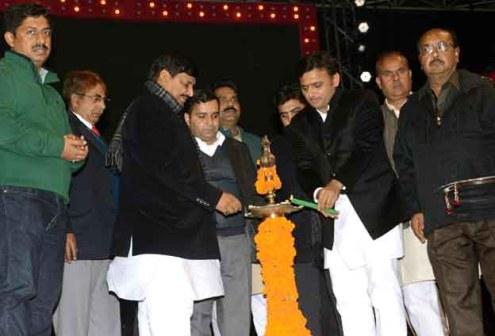 दीप प्रज्ज्वलित कर कार्यक्रम का शुभारंभ करते मुख्यमंत्री अखिलेश यादव व कैबिनेट मंत्री शिवपाल सिंह यादव, साथ में खड़े हैं सांसद धर्मेन्द्र यादव