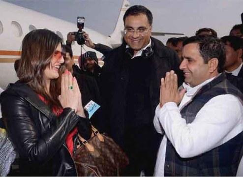 अभिनेत्री जरीन खान का स्वागत करते सांसद धर्मेन्द्र यादव