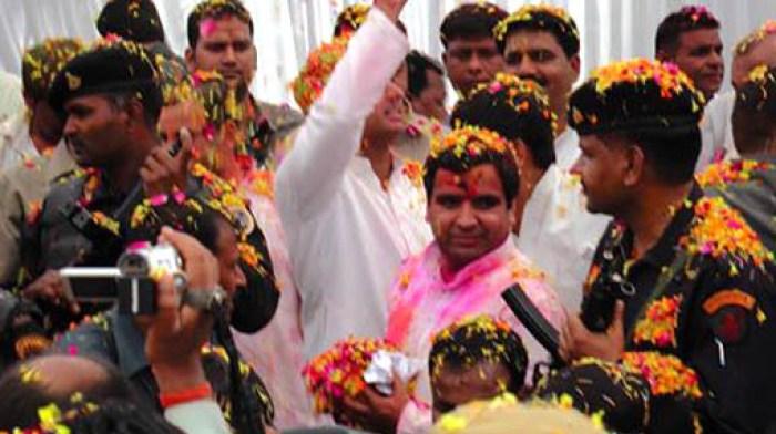 सैफई में भीड़ के बीच फूलों की होली खेलते सांसद धर्मेन्द्र यादव