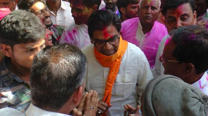 सैफई में भीड़ से घिरे सांसद प्रो. रामगोपाल यादव