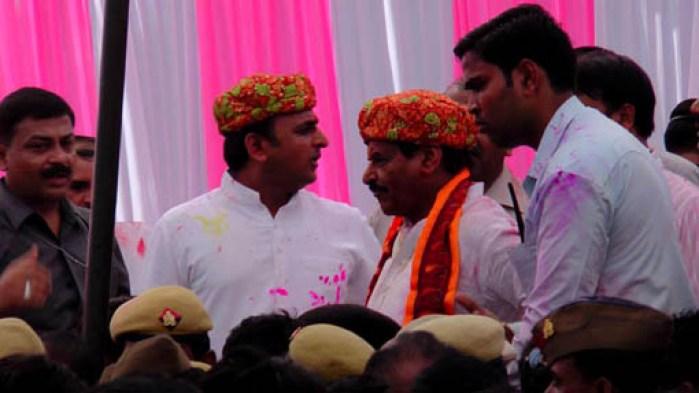 सैफई में भीड़ से घिरे मुख्यमंत्री अखिलेश यादव व वरिष्ठ कैबिनेट मंत्री शिवपाल यादव