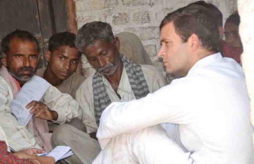 बदायूं जिले में उसहैत थाना क्षेत्र के गाँव कटरा सादातगंज स्थित पीड़ित परिवार के घर में बात करते राहुल गांधी