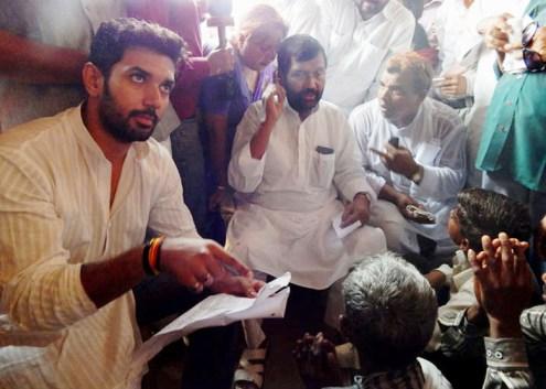 कटरा सआदतगंज में शिकायतें सुनते रामविलास पासवान और उनके बेटे सांसद चिराग पासवान