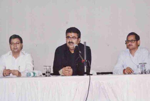 सूचना निदेशक डा. रूपेश कुमार, अपर निदेशक डा. अनिल कुमार के साथ बैठक लेते उत्तर प्रदेश के प्रमुख सचिव सूचना नवनीत सहगल