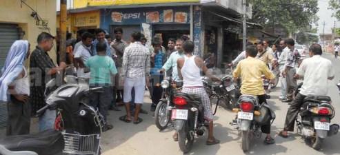 टीम को दौड़ाने के बाद काली सड़क पर जमा लोग।