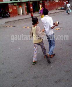 भीख मांगने के लिए लड़के से थाली लेने आई लड़की।