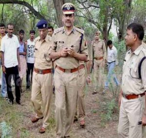 चक गंजरिया फार्म हाउस के जंगल में मौके पर मौजूद पुलिस अफसर।