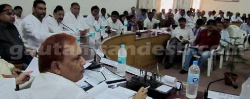 जिला योजना की बैठक में मौजूद प्रभारी मंत्री राम करन आर्य, सदस्य और अधिकारीगण।
