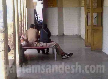 जिला अस्ताल में महिला के उपचार के दौरान वार्ड के बाहर ड्यूटी पर तैनात पुलिस कर्मी।