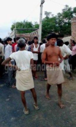 गाँव के धार्मिक स्थल पर मौजूद लोगों का फ़ाइल फोटो।
