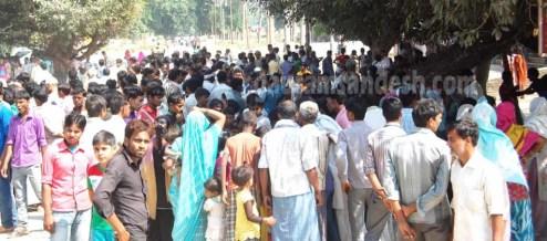 उसहैत में घटना के बाद कटरा मार्ग पर जमा भीड़।