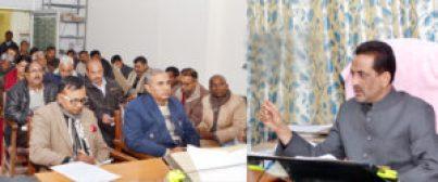 उ.प्र. राज्य सूचना आयोग के आयुक्त हाफिज उस्मान इन्दिरा भवन स्थित अपने कार्यालय कक्ष में सूचना का अधिकार के सम्बन्ध में उच्चस्तरीय बैठक करते हुए।