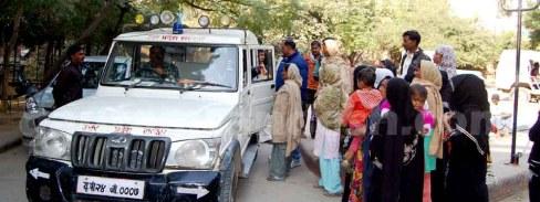 """नीली बत्ती लगी गाड़ी में बैठे डीडीओ प्रदीप कुमार """"सोम"""" परेशान महिला व पुरुषों से बात करते हुए।"""
