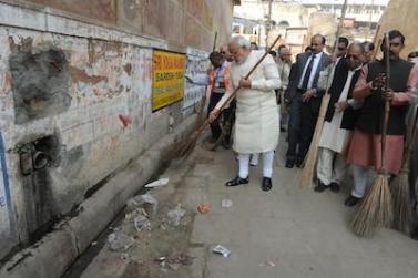 जगन्नाथ मंदिर वाली गली में झाडू लगाते प्रधानमंत्री नरेंद्र मोदी।