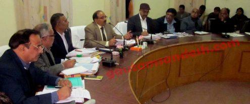 बदायूं स्थित विकास भवन के सभाकक्ष में अधिकारियों के साथ बैठक करते मण्डलायुक्त विपिन कुमार द्विवेदी।