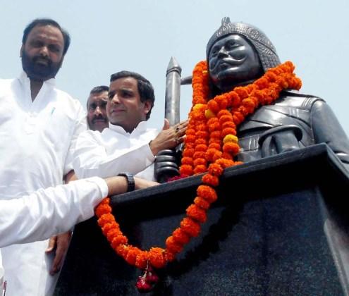 कचहरी चौराह पर स्थापित की गई महाराणा प्रताप की प्रतिमा का अनावरण करते प्रदेश के पर्यटन मंत्री ओम प्रकाश सिंह एवं बदायूं के लोकप्रिय सांसद धर्मेन्द्र यादव।