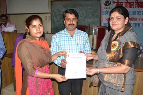 नेहरू युवा केन्द्र के कार्यक्रम में प्रमाण पत्र वितरित करते हुए पूनम यादव।