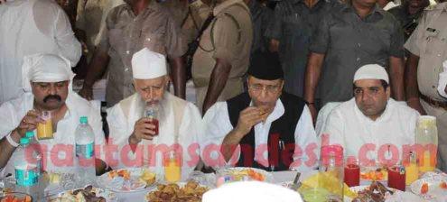रोजा इफ्तार पार्टी में आजम खां के साथ सांसद धर्मेन्द्र यादव व विधायक आबिद रजा।