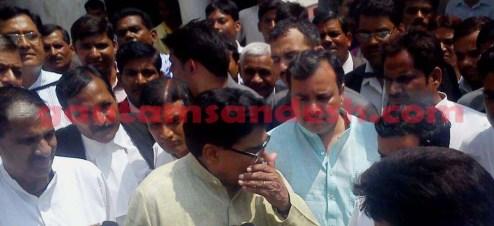 पत्रकारों से बात करते प्रो. रामगोपाल यादव, साथ में खड़े हैं सपा जिलाध्यक्ष बनवारी सिंह यादव एवं सांसद धर्मेन्द्र यादव।