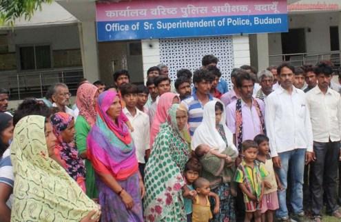 पुलिस ऑफिस पर आत्म दाह करने के इरादे से पहुंचने वाला मृतक का परिवार।