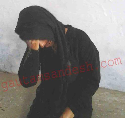 पुलिस ऑफिस में लहूलुहान अवस्था में बैठी पीड़ित महिला।