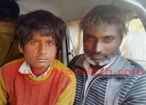मुख्य आरोपी जगतपाल मौर्य और आरोपी बेटे प्रवीण के साथ।