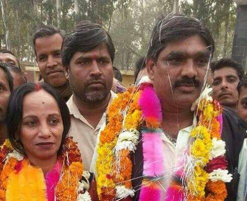 माफिया ठेकेदार अरविंद गुप्ता पत्नी के ब्लॉक प्रमुख चुने जाने के अवसर पर।