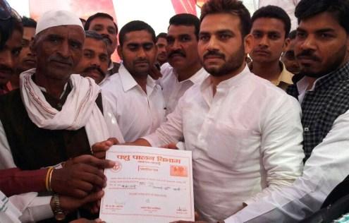 किसानों को प्रशस्ति पत्र देते जिला सहकारी बैंक के अध्यक्ष ब्रजेश यादव, साथ में खड़े हैं लोहिया वाहिनी के जिलाध्यक्ष चौधरी नरोत्तम सिंह।
