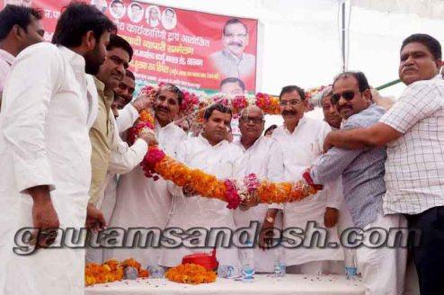 सहसवान में सांसद धर्मेन्द्र यादव और ग्राम्य विकास राज्यमंत्री ओमकार सिंह यादव का स्वागत करते व्यापारी।