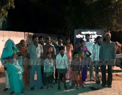 एसएसपी ऑफिस पर खड़ा पीड़ित दलित परिवार।