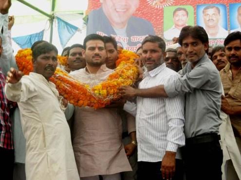 ब्रजेश यादव का स्वागत करते उत्साहित कार्यकर्ता।