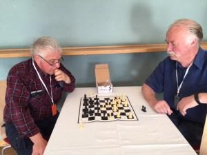 Två av partiets veteraner som spelar schack, Johan Lönnroth till vänster och Lennart Beijer till höger.