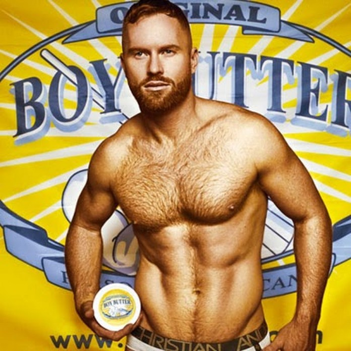 A campanha da empresa de lubrificantes Boy Butter mostra o modelo vestindo um avental da marca e ensinando como utilizar um batedor de manteiga