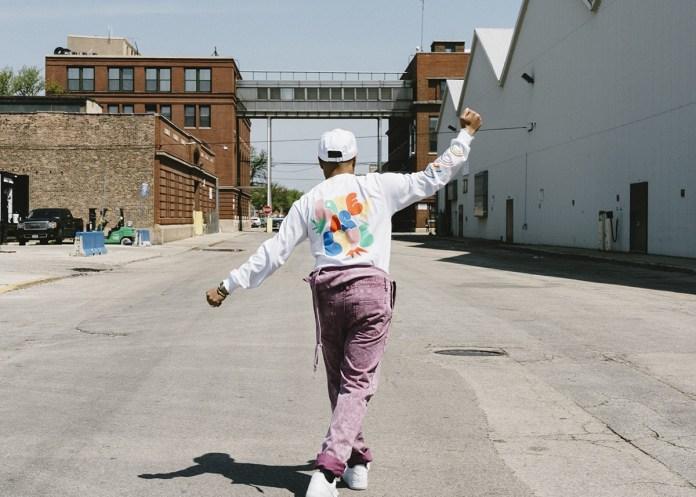 A coleção inspirada e feita para a Urban Outfitters por Taylor Bennet celebra o mês do orgulho LGBTQ, em junho, e reflete a mais recente trajetória do talentoso rapper, que vem se exibindo ao mundo com delicadeza e sem medo