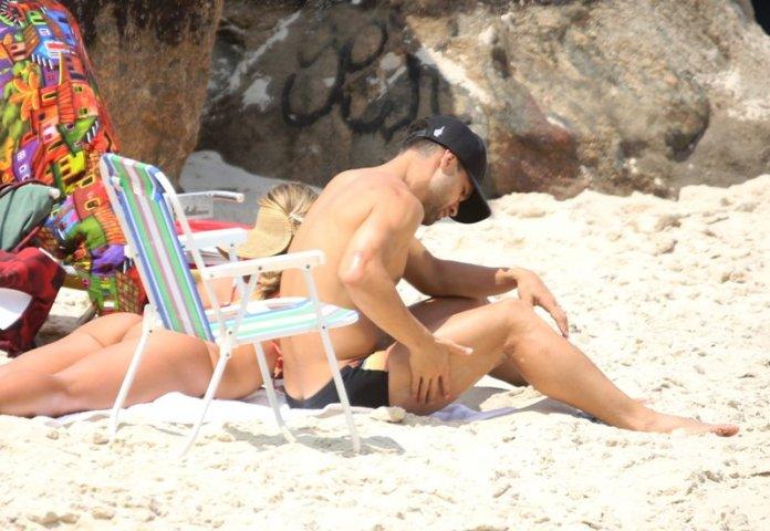 Jogador Diego do Flamengo curte praia com sua esposa na Prainha Zona Oeste do Rio de Janeiro