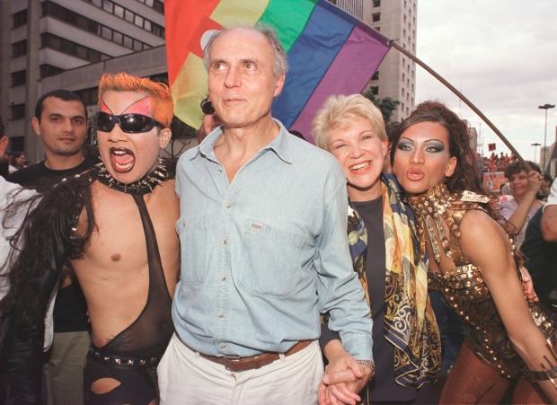 Eduardo e Marta Suplicy ao lado de participantes da parada em 2000