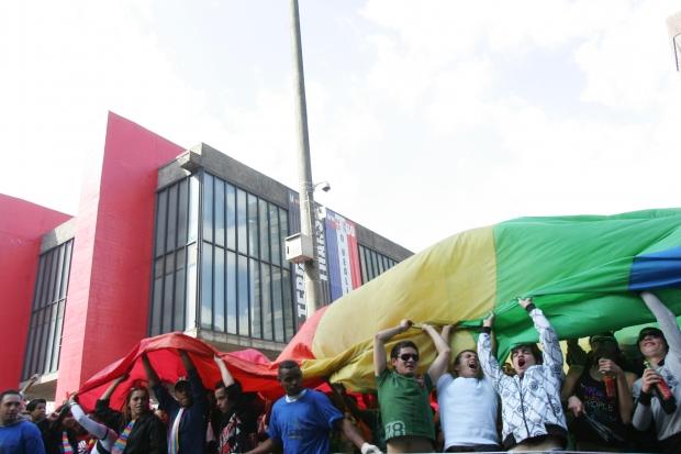 Participantes seguram bandeira arco-íris na edição de 2009