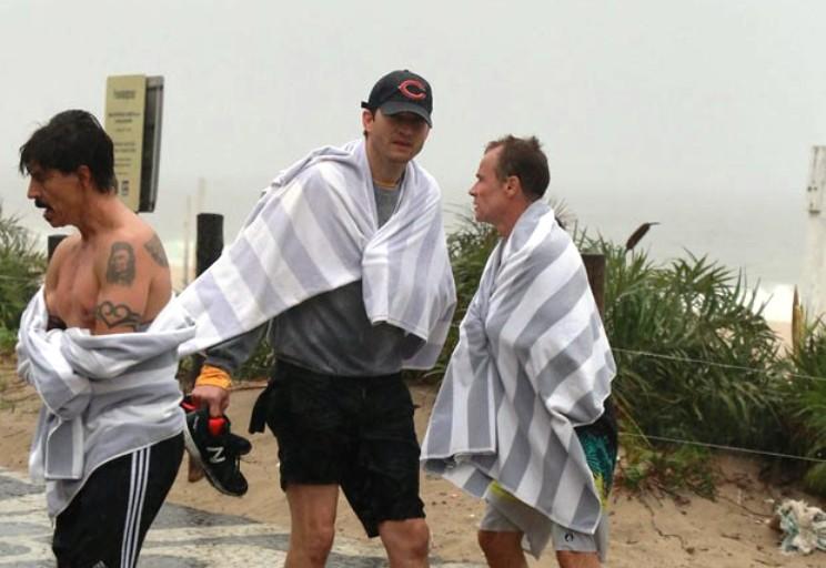 Ashton Kutcher, Owen Wilson, Anthony Kiedis e Flea de boas em Ipanema 🌴
