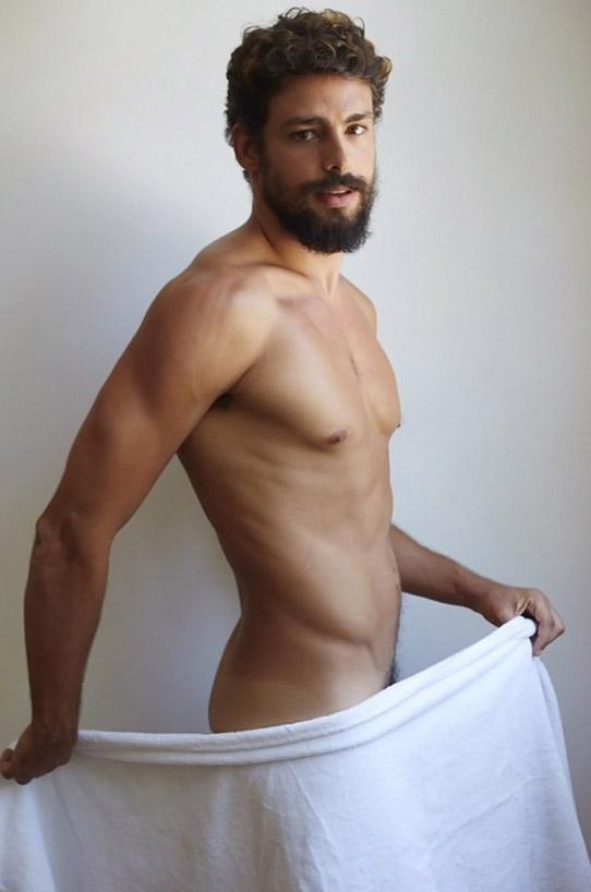 Cauã Reymond aparece super sexy só de toalha em ensaio de Mario Testino