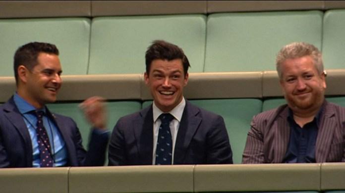 Ryan Patrick Bolger (centro da foto) recebeu um pedido de casamento do deputado Tim Wilson enquanto Câmara Baixa discutia casamento gay (Foto: Australian Parliament via Seven News / AFP)