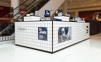Quiosque de vendas da Dr. Jones e shampoo para cabelo e corpo. Crédito: Divulgação.